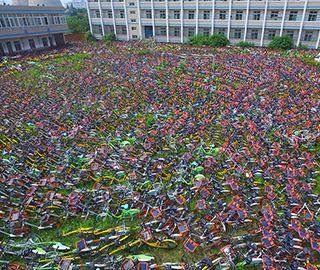上万辆共享单车堆满合肥一操场