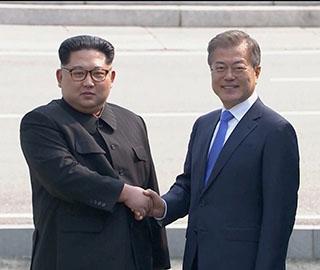 金正恩跨越军事分界线与文在寅握手