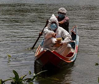 巴西医务人员乘船为河边居民测体温