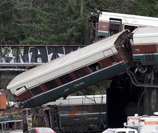 美国发生列车脱轨坠桥事件 致多人伤亡