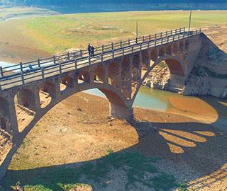 水库持续低水位 江西一座被淹老桥重现