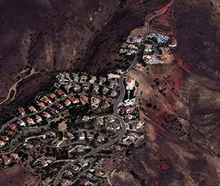 卫星图像显示美国加州山火灾区一片焦土