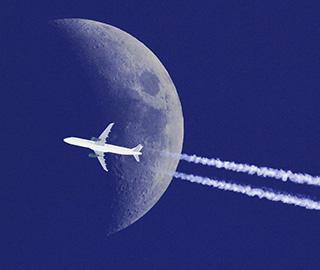 摄影师抓拍飞机与月亮完美合影