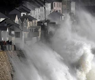 """飓风""""奥费利娅""""登陆英国 巨浪拍岸"""