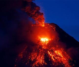 菲律宾马荣火山岩浆喷射 民众紧急疏散