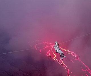 巴西女子横跨世界最大永久性熔岩湖