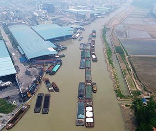 """洪泽湖水位下降 船舶""""堵""""在河道"""