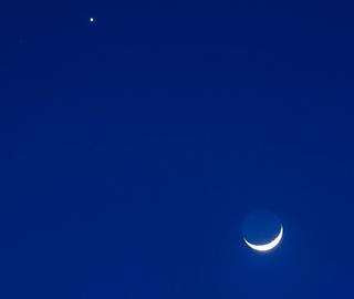 """哥伦比亚上空现""""金星伴月"""""""