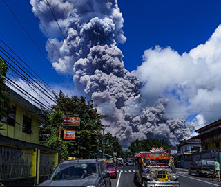 菲律宾马荣火山喷出大量浓烟