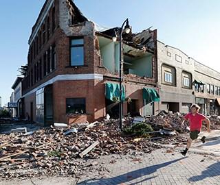 龙卷风袭击美爱荷华州 房屋成碎片