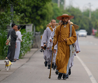 13名僧人上海走到峨眉山 全程2600公里