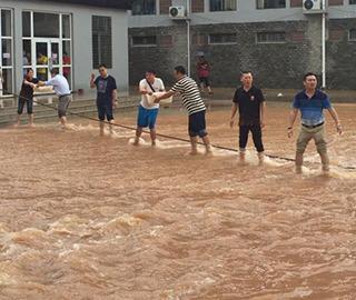 桂林暴雨 学校排人墙给学生送饭
