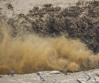 今年最大洪峰过境壶口瀑布 巨浪滔天
