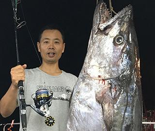 男子钓到超大金枪鱼 重达180斤创纪录