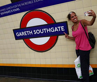 英主帅圈粉无数 伦敦一地铁站改用其名