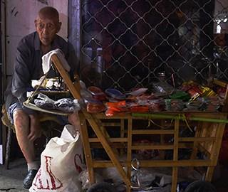 107岁老人卖鞋垫成网红 有人买完再放回