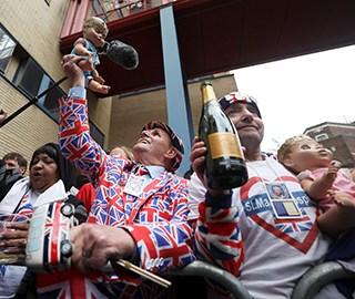 英国凯特王妃安全产子 民众医院外庆祝