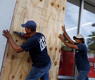 """""""玛利亚""""升为5级飓风 民众加固门窗"""