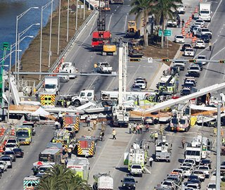美国迈阿密一过街天桥坍塌 多人死伤