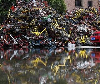 """上海现共享单车""""坟墓"""" 堆积如山"""