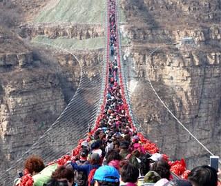 世界最长悬空玻璃吊桥挤满人