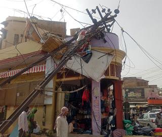 印度遭遇数十年一遇致命沙尘暴 树倒房塌