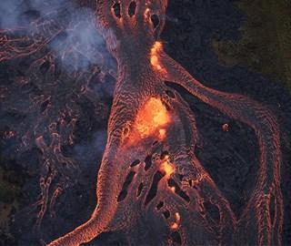 """夏威夷火山持续喷发 熔岩流淌成""""火河"""""""