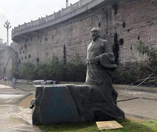 洪水退去苏东坡被冲倒 暂别黄庭坚雕像