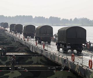 陆军某舟桥旅演练全天候快速架桥