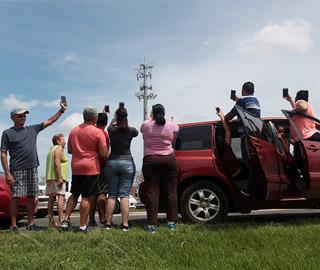 """飓风""""玛丽亚""""过境 民众扎堆找信号"""