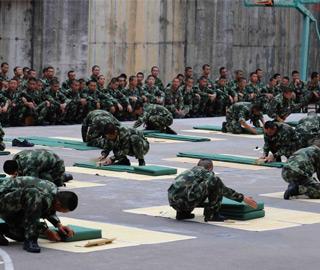 武警部队新兵训练营开展叠被子比赛