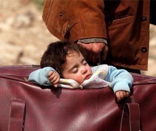 叙利亚民众逃离战火 孩子被装在提包里