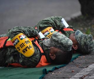 墨西哥地震救援持续 士兵席地而睡