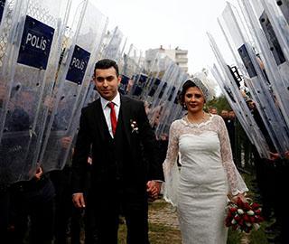 土耳其警察婚礼 新郎曾意外枪击新娘头部