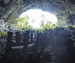 贵州村民进山洞祭祖 洞中几百具棺木
