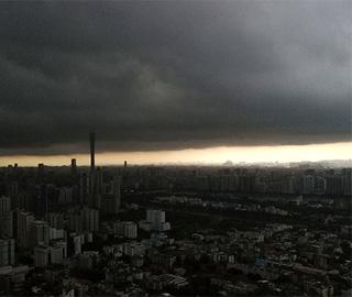 """强降雨来袭 广州乌云压境""""一线天"""""""