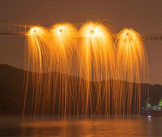 """长沙上演玻璃桥光绘秀 犹如""""火瀑布"""""""