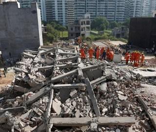 印度两栋楼房倒塌20多人被埋