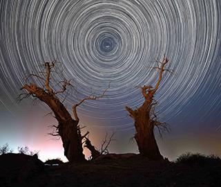 新疆塔里木盆地初夏时节星空如梦似幻