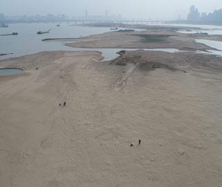 春旱致赣江水位大跌 大片江心洲裸露