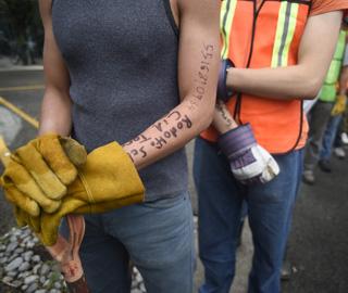墨西哥地震救援人员手臂留个人信息