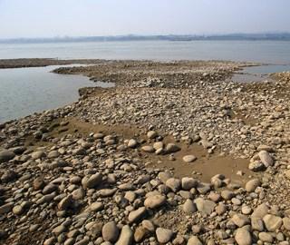 长江湖北宜昌江段水位下降江滩裸露