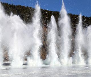 黑龙江漠河段防凌爆破激起百米冰瀑