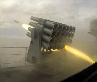 海军护航编队进行实际使用武器训练
