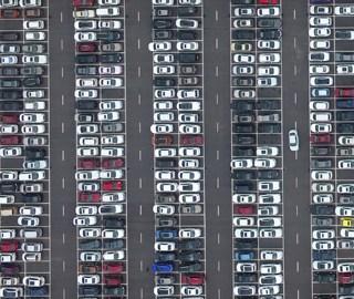景区车辆爆棚 俯瞰停车场犹如电路板