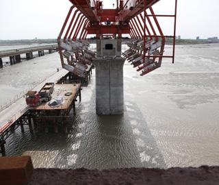 胶州湾跨海铁路大桥合龙