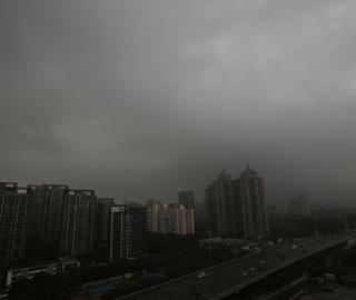 北京降雨持续 天空乌云密布