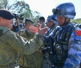 中俄海军陆战队进行反恐比武