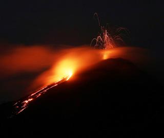 危地马拉帕卡亚火山喷发火红岩浆