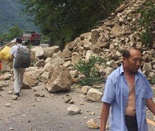 四川石棉县发生地震 国道108线塌方中断